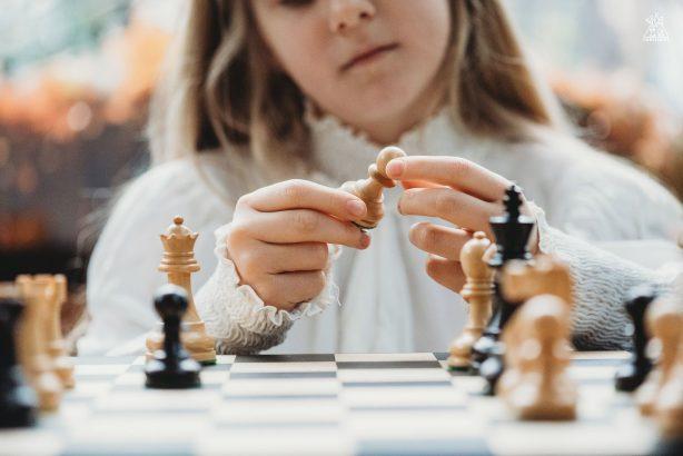https://chesscamp4kids.eu/wp-content/uploads/2021/01/DSC_3670-1-614x410.jpg