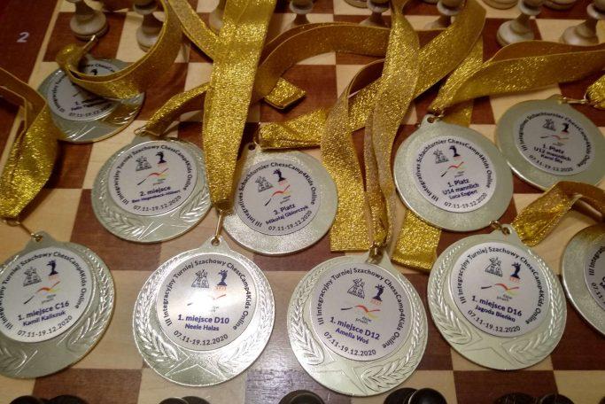 https://chesscamp4kids.eu/wp-content/uploads/2021/01/medaly-z-turnieju-683x456.jpeg